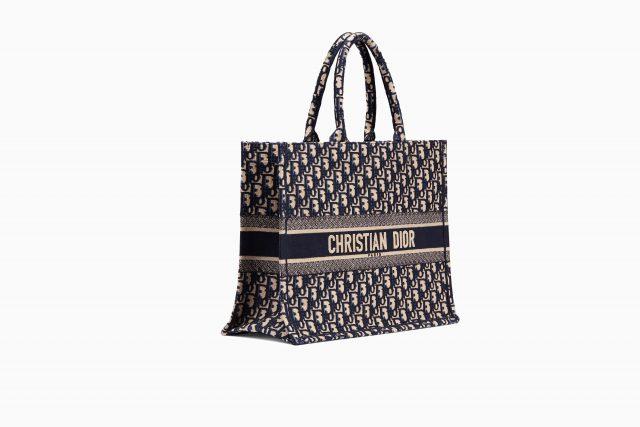 57d29db745f1 С тех пор, как сумка Dior Book Tote появилась в коллекции весна-лето 2018,  знаменитости, видимо, не представляют без неё своих путешествий.