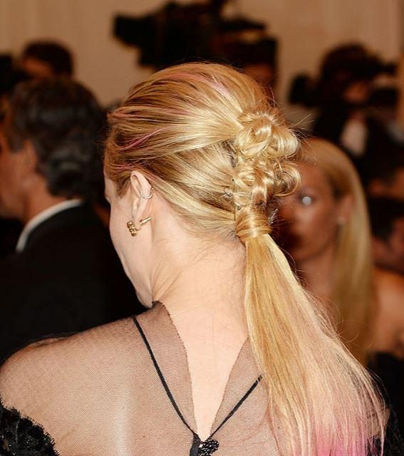 Диана Крюгер (41) на Met Gala в 2013 году появилась с необычным гранж-хвостом. Согласись, кажется, будто ее волосы просто спутались и она решила не тратить время, перевязала их и пошла.