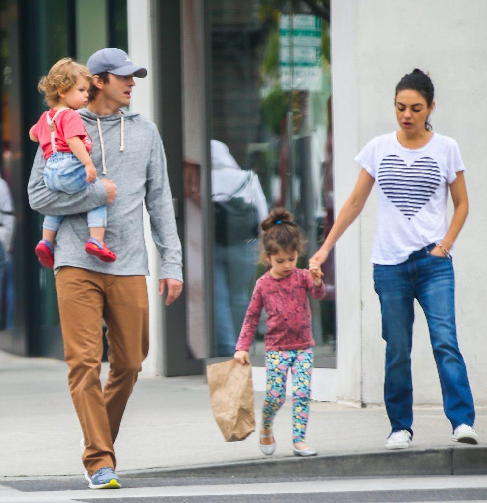 Эштон и Мила Кунис с детьми