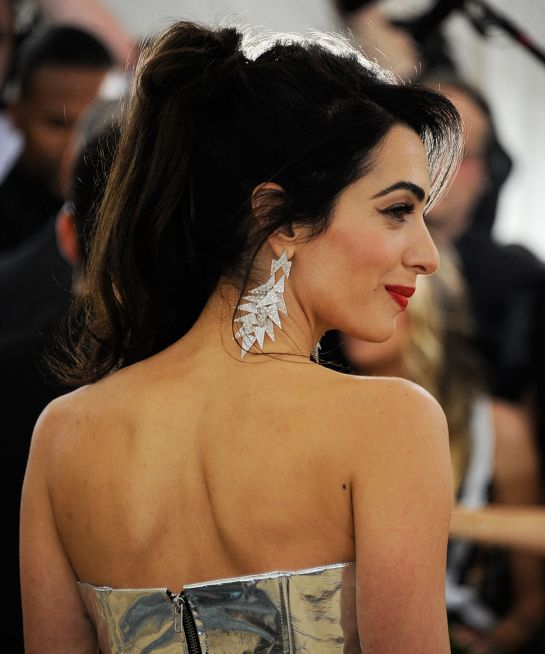Амаль Клуни (40) выбирает немного растрепанный хвост. С таким можно и в пир и в мир, как говорится.