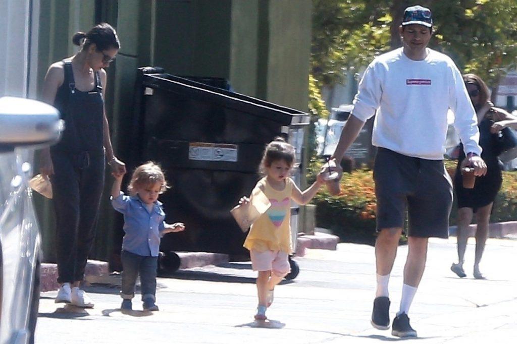 Мила и Эштон Кутчер с детьми