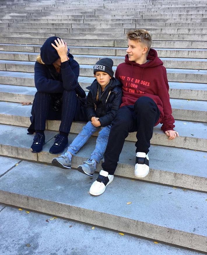 Вероника с сыновьями; @grisha.belo