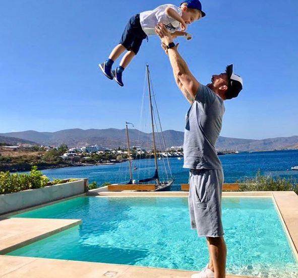 Сергей Лазарев с сыном Никитой улетел в Грецию