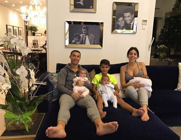 Криштиану Роналду и Джорджина Родригес с детьми