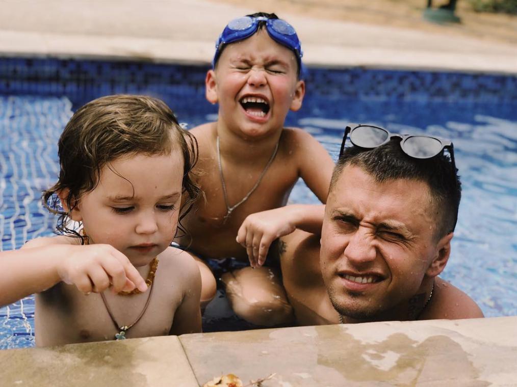 Павел Прилучный с детьми