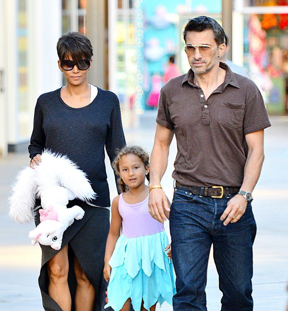 Холли Берри с мужем Оливье Мартинесом и дочерью