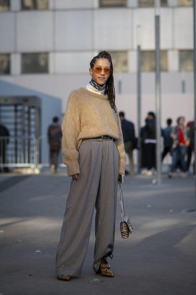 Хороший пример многослойности: водолазка, платок, свитер, широкие брюки и ремень. (Фото: legion-media.ru)