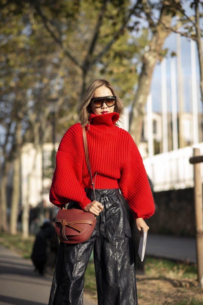 Объемный свитер не будет увеличивать тебя, даже если ты будешь носить его с широкими брюками. Главное - подчеркнуть талию (если она есть). (Фото: legion-media.ru)