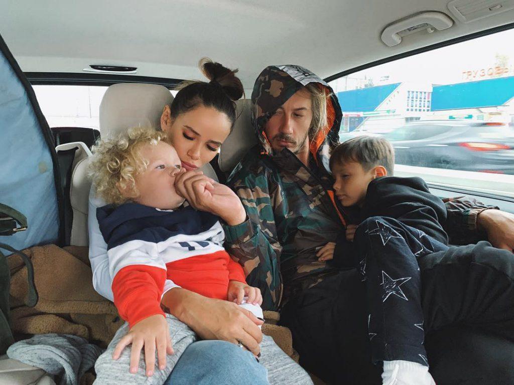 Айза Анохина с мужем и сыновьями Сэмом и Элвисом