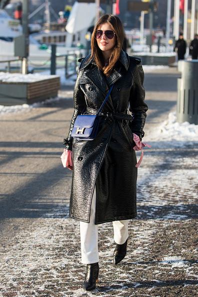Кожаное пальто или тренч - хит сезона. И что нам больше всего нравится, оно совсем не добавляет объема, если затянуть его поясом.