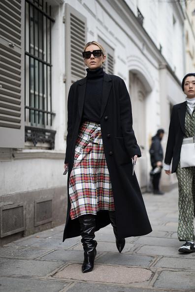 Массивное пальто, юбка-солнце, сапоги и черная водолазка - еще одно удачное сочетание, которое не добавляет объема фигуре.