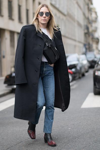 Или просто набрось его на плечи. Черное пальто - лучшая вещь в твоем гардеробе.