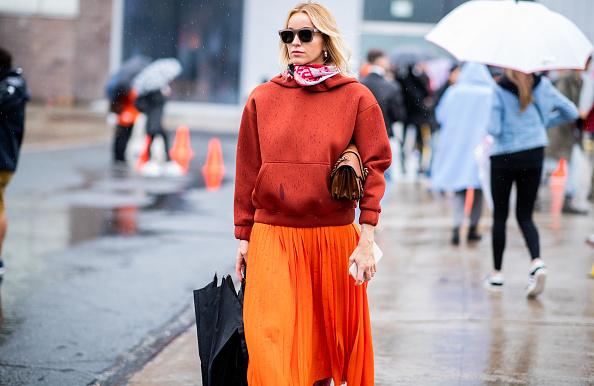 С юбкой макси худи тоже смотрится стильно. Советуем носить с объемными кожаными сапогами на каблуке