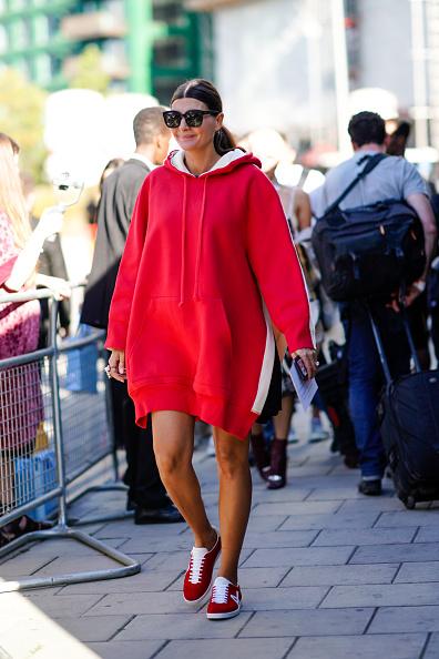 Если снять худи со своего бойфренда, то можно носить его как платье. А зимой - с плотными черными колготками