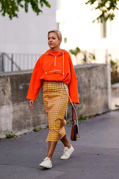 Не бойся заправлять худи в юбку-карандаш. Вот Ксения Чилингарова не боится и попадает в хроники best dressed!