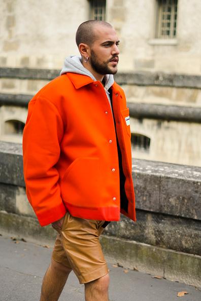 Носи худи под яркую куртку или бомбер. Еще вариант - под джинсовку. Даже если она с мехом