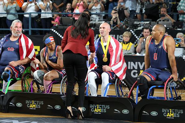 Меган Макс приветствует баскетболистов