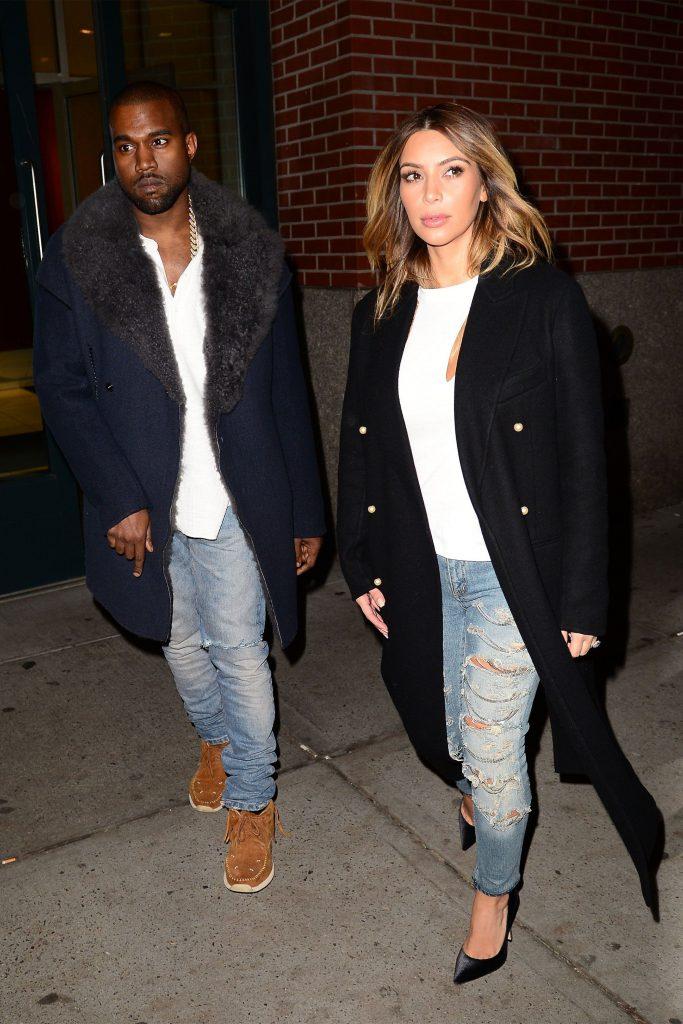 Канье Уэст и Ким Кардашьян - couple goals. Еще один пример старой доброй классики: голубые джинсы, белая футболка и черное пальто.