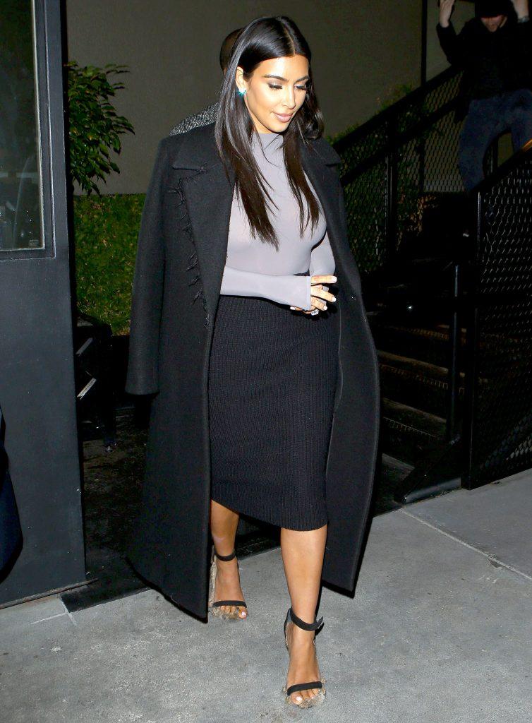 Этот лук Ким хорош для вечерних мероприятий, пока погода позволяет носить пальто с босоножками.