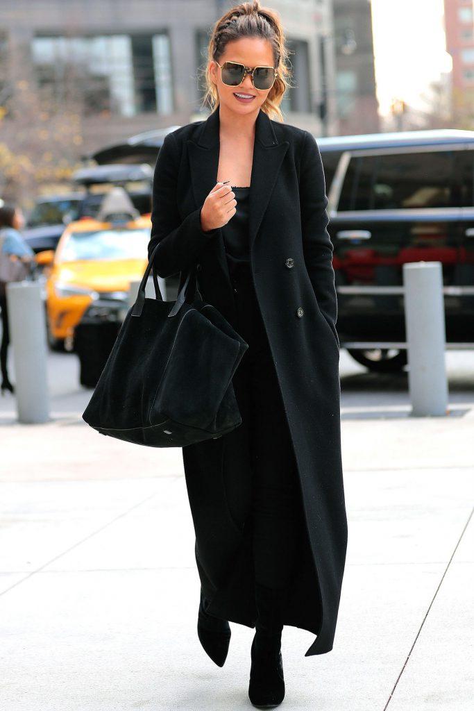 Крисси Тейген делает выбор в пользу тотал блэка и расслабленного нью-йоркского стиля.