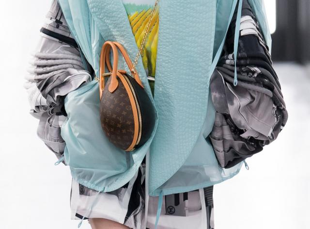 8b01141d49cf Недели моды подошли к концу, и теперь мы наконец можем подвести итоги.  Собрали 30 самых модных сумок сезона весна-лето 2019. Можно начинать копить!
