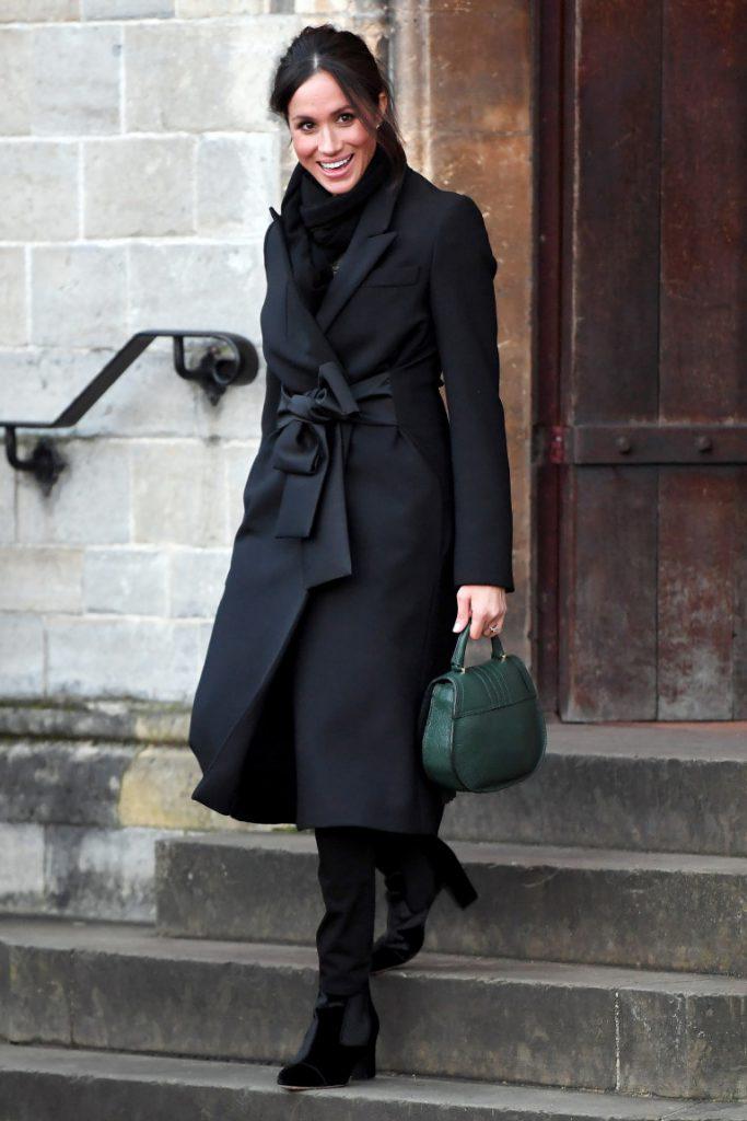 Меган Маркл - это всегда про королевскую классику. Возьми на заметку: темно-зеленый отлично гармонирует с черным.