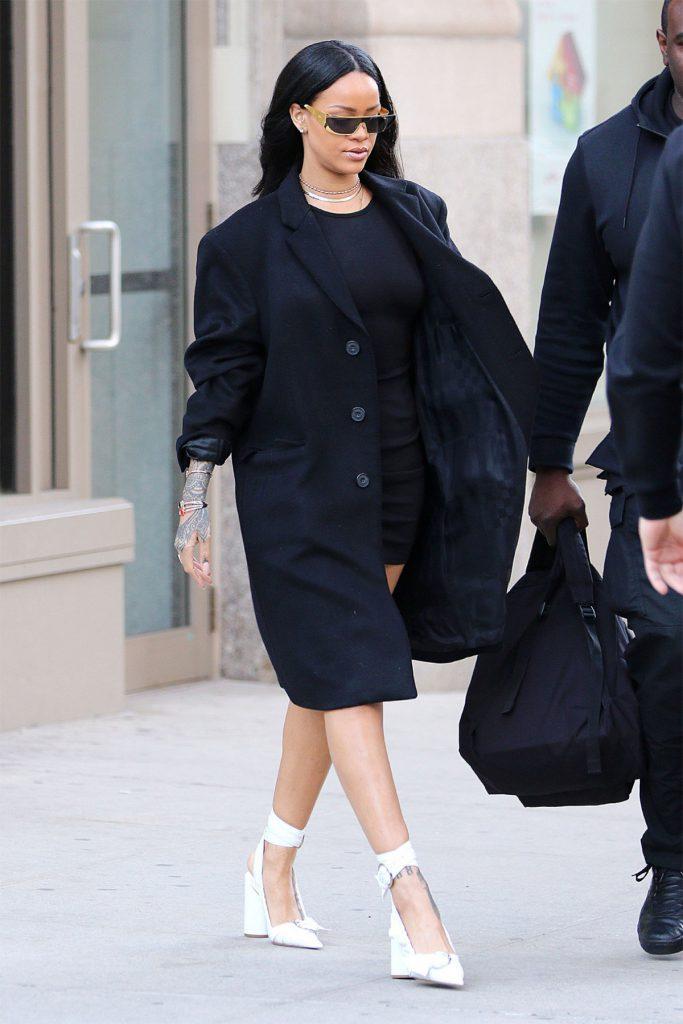 Рианна носит его с белой обувью - одним из главных трендов этого сезона.