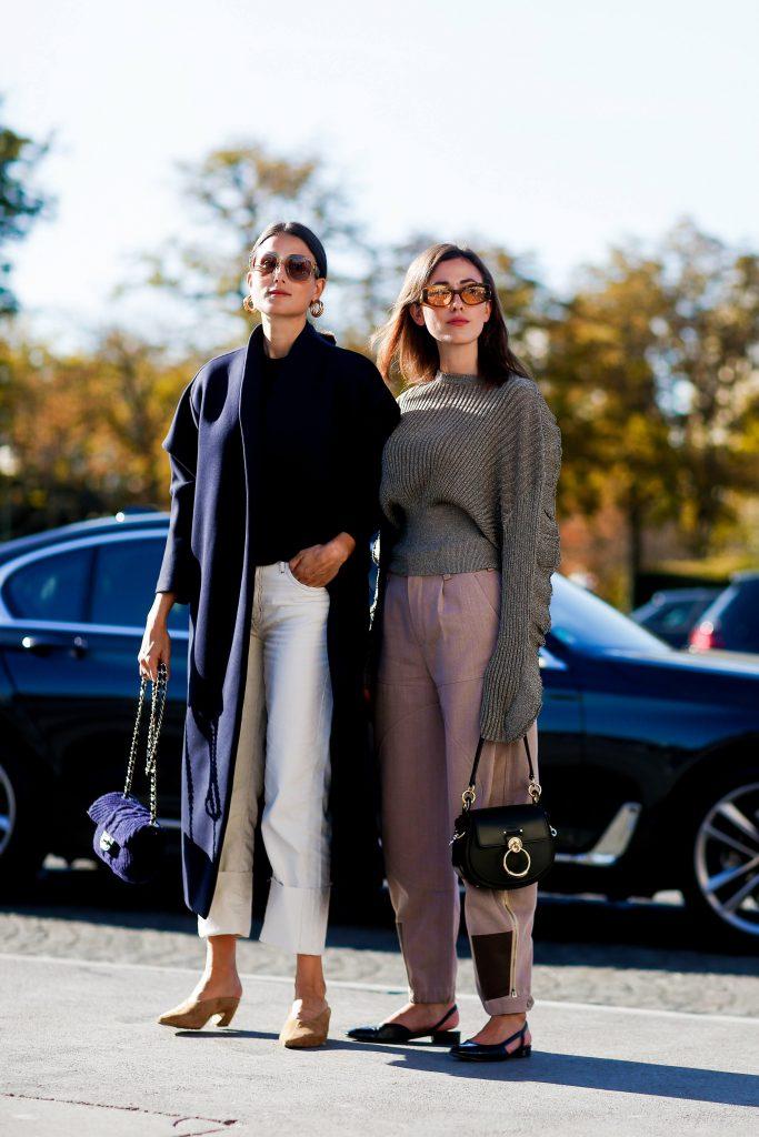 Темно-синий хорошо сочетается с белым. А оверсайз пальто - с джинсами прямого кроя. Мюли можно заменить на грубые черные боитнки. (Фото: legion-media.ru)