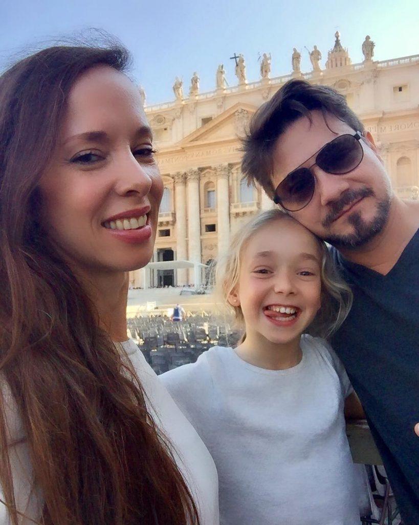 Виктория с дочкой и мужем