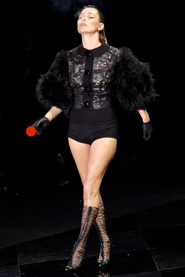 В 2011-м Кейт Мосс вышла на подиум Louis Vuitton в день отказа от курения. С сигаретой в руках.