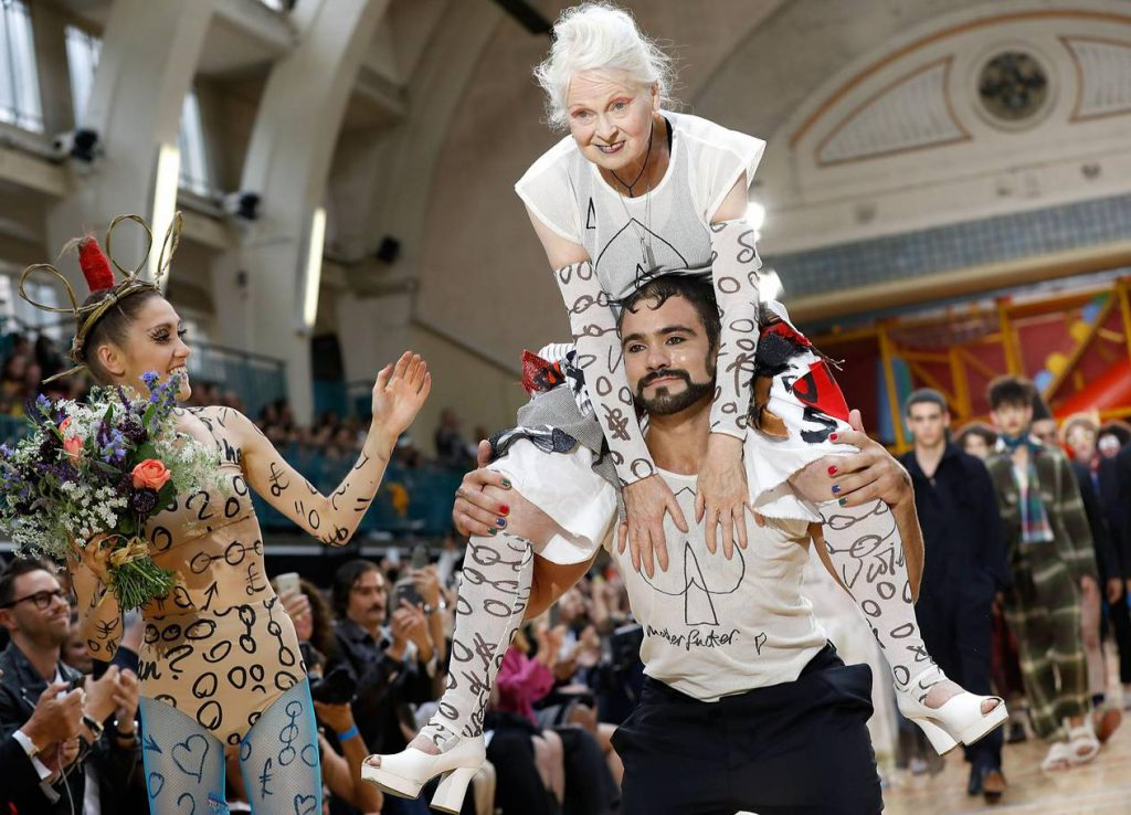 А вот на шоу Vivienne Westwood весна-лето – 2018 сама Вивьен запрыгнула на плечи одного из моделей. Благо, тот оказался накачанным.