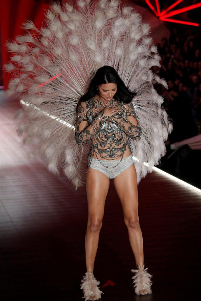 А на шоу VS-2018 плакала Адриана Лима. Это был ее последний показ для бренда – модель официально объявила, что после 20 лет работы с Victoria's Secret она покидает состав «ангелов».