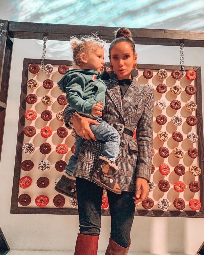 Айза Анохина с сыном Элвисом