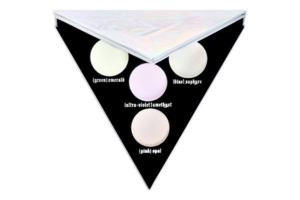 Палетка теней Kat Von D Alchemist Holographic с четырьмя сияющими хайлайтерами для лица и глаз с голографическим эффектом – то, что надо для создания эффекта бесконечно переливающегося объема.