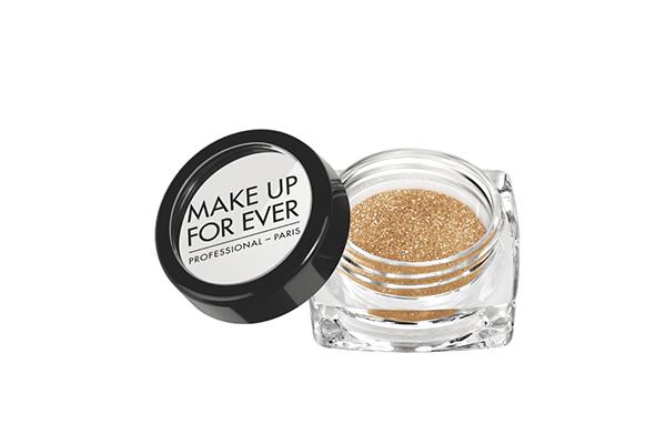 Мультифункциональная сияющая пудра Make Up For Ever состоит на 100 % из частиц чистого жемчужного перламутра – вот почему она дает такое невероятное сияние.