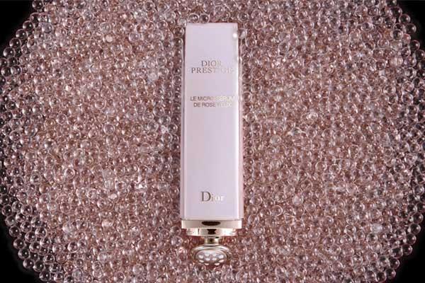 Сыворотка для кожи вокруг глаз Le Micro-Serum De Rose Yeux Dior «перезаряжает» кожу за счет невероятной силы питательных свойств гранвильской розы. Главное – используй средство каждый день, и тогда о морщинах ты и думать не будешь.