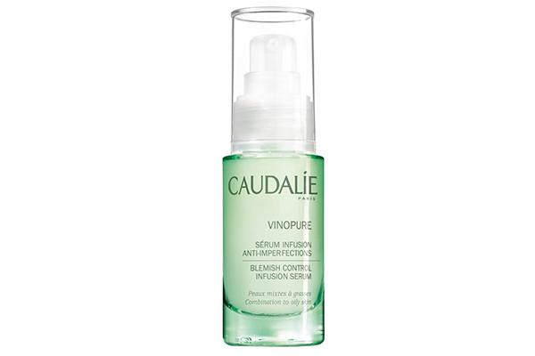 Сыворотка для сужения пор Caudalie за счет салициловой кислоты немного подсушивает, но при этом отлично очищает кожу и предотвращает появление прыщей.