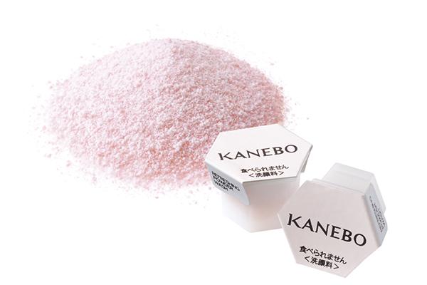 Мягкая пудра для умывания KANEBO удаляет загрязнения и омертвевшие клетки кожи. Кстати, использовать ее можно каждый день или раз в месяц, в зависимости от типа твоей кожи и ее потребностей.