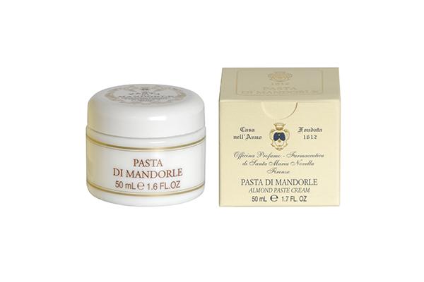 Миндальная паста Santa Maria Novella неплохо увлажняет кожу и отлично омолаживает. Мастхэв для всех, кто заметил на руках возрастные изменения.