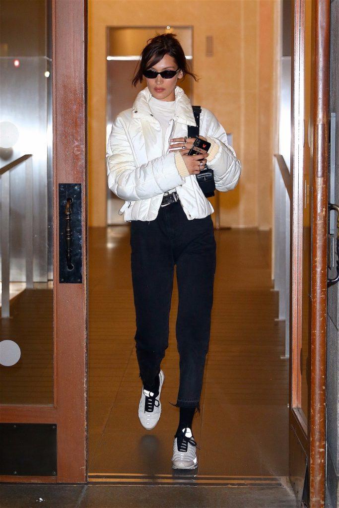 Белла Хадид в винтажном пуховике Chanel, $2775 (farfetch.com) Фото: legion-media.ru