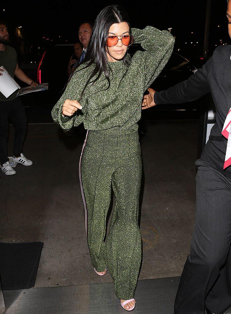 Самый уютный вариант от Кортни Кардашьян - спортивный костюм c люрексом. Тепло, удобно и красиво.