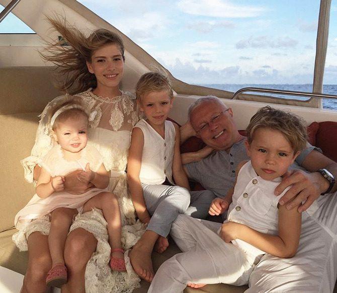 Елена Перминова с мужем Александром Лебедевым и детьми Ариной, Никитой и Егором