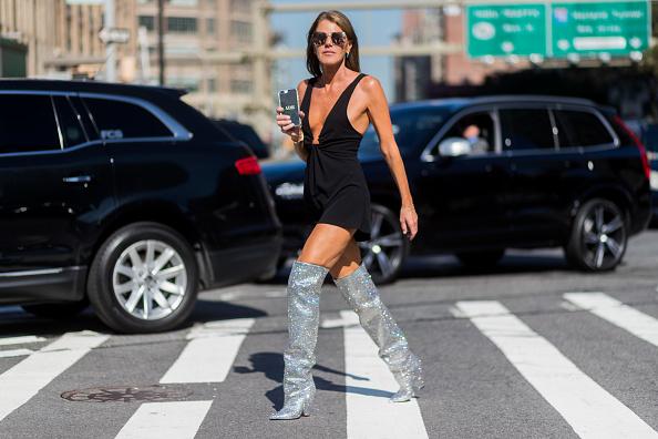 Блестящая обувь - тоже вариант. Даже если у тебя нет этих прекрасных Saint Laurent, как у Анны Делло Руссо, не беда - в масс-маркете очень много туфель с глиттером. Сочетать с однотонным платьем/костюмом. Желательно черным или белым.