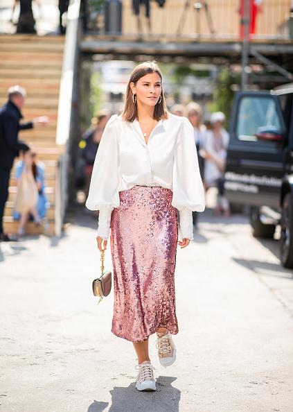 Еще один - юбка + блуза. Такой вариант будет круто смотреться и с кроссовками, и с сапогами, и с босоножками.