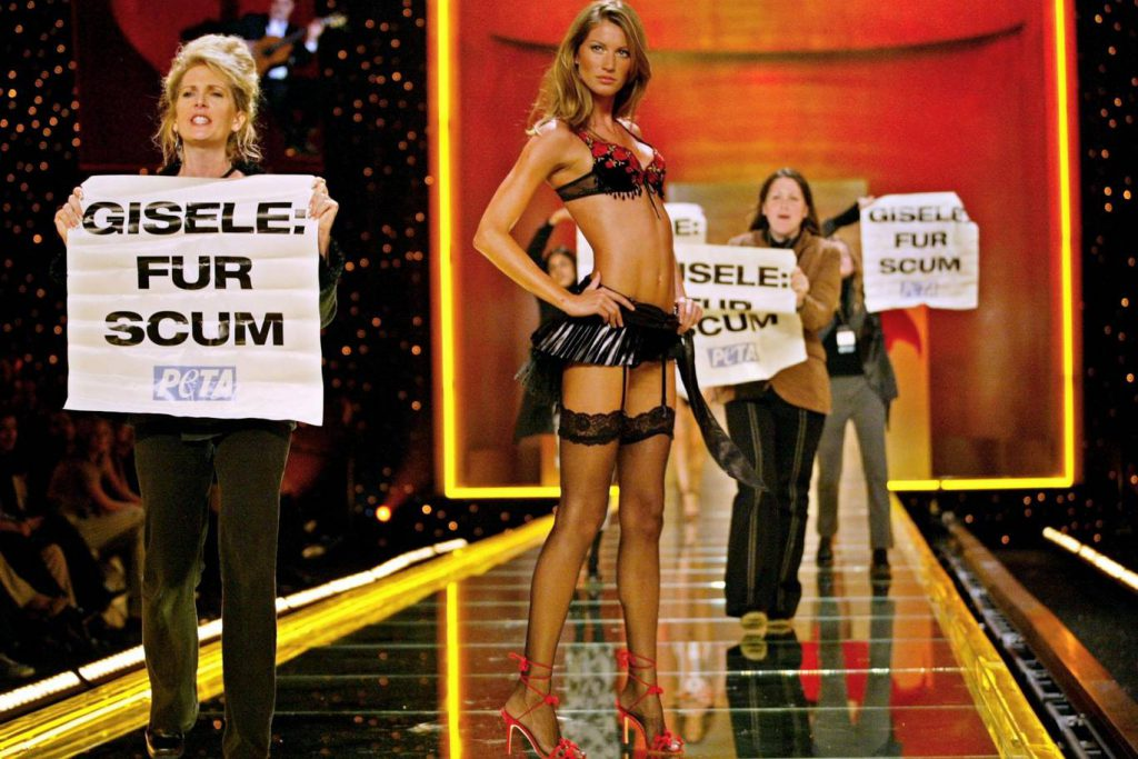 Когда в 2002-м Жизель Бюндхен шла по подиуму Victoria's Secret, на него выбежали активисты с плакатами «Жизель – меховая сволочь». Оказалось, что это члены организации PETA, которая выступает за защиту животных.