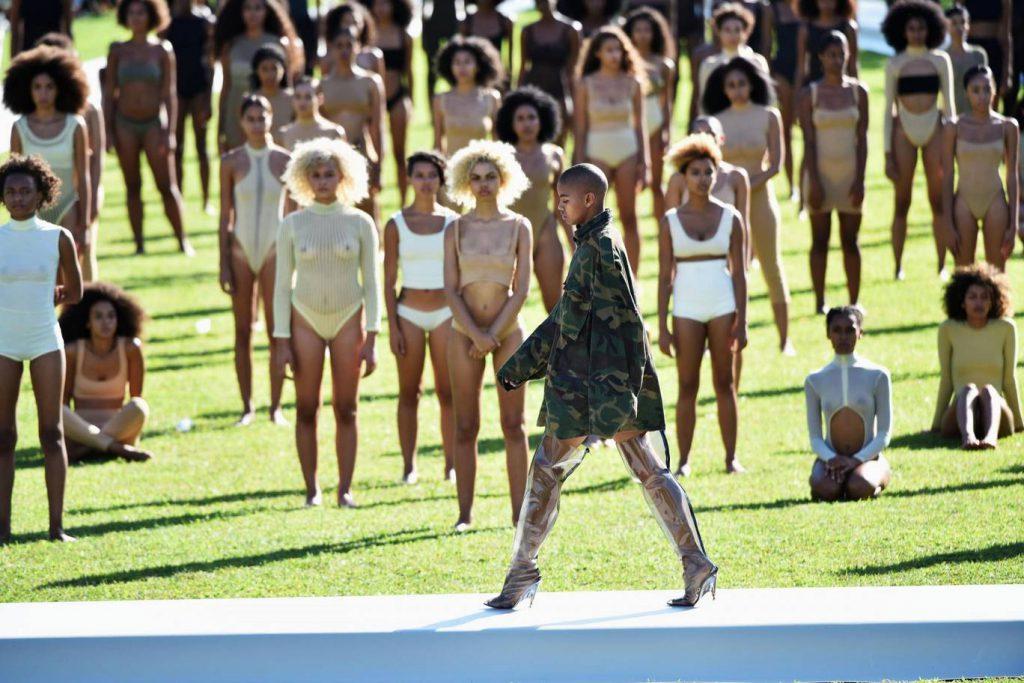 Летом 2016-го гости ждали начала показа Yeezy Season 4 Канье Уэста три часа под палящим солнцем! Модели были одеты в осеннюю и зимнюю одежду и просто начали падать в обморок от такой жары.