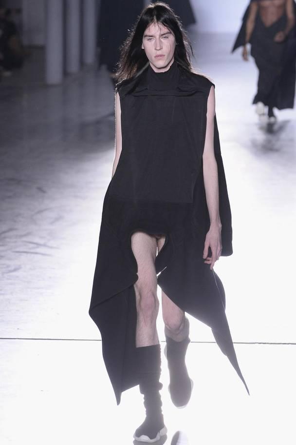 Но это еще не все. В 2015-м Рик Оуэнс вывел на подиум мужчин в платьях с вырезами на гениталиях. Трусов на них не было.