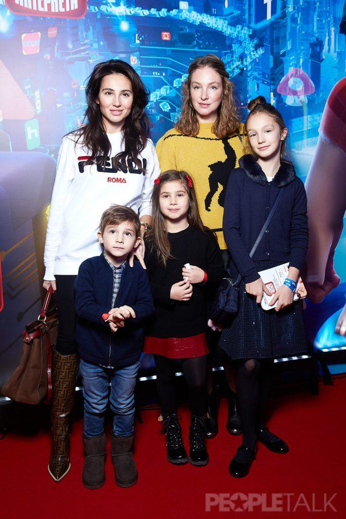 Екатерина Островская и Алена Пенева с детьми