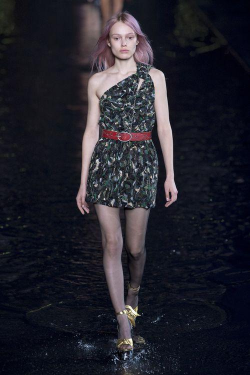 Ну и наш любимый момент в этом сезоне. По подиуму Saint Laurent Энтони Вакарелло прошлась дочь российского художника Симона Куст. Она же снялась в рекламной кампании новой коллекции, ради которой девушке пришлось перекрасить волосы в розовый. Зато как красиво!
