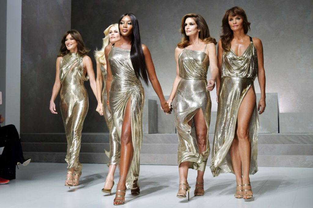 А это показ Versace весна-лето – 2018. Закрывали его культовые модели 90-х: Хелена Кристенсен, Клаудия Шиффер, Наоми Кэмпбелл, Синди Кроуфорд и Карла Бруни.